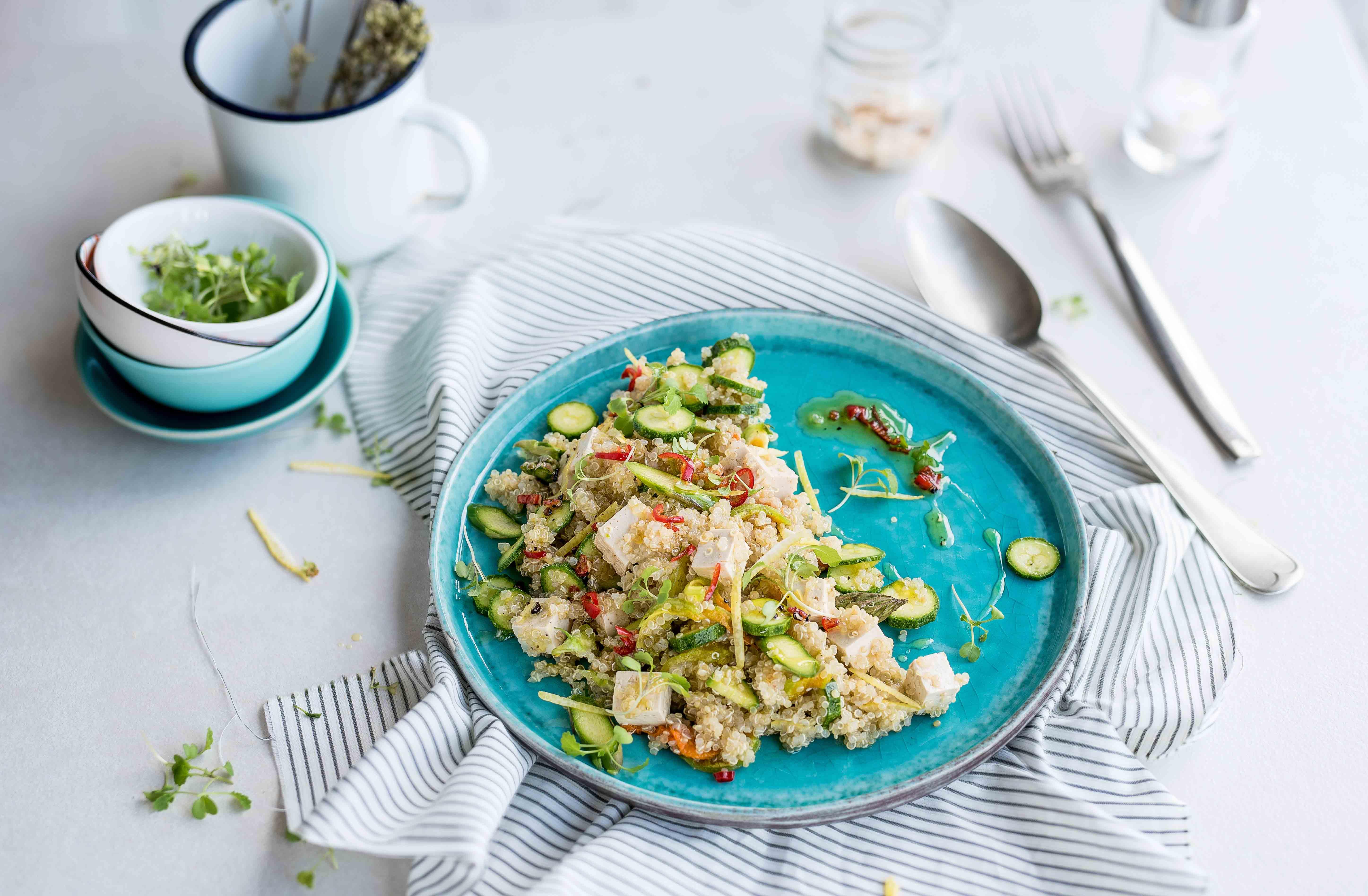 Quinoa con tofu marinato, zucchine in fiore e basilico