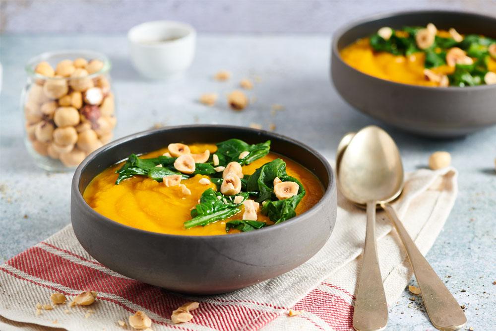 Crema di zucca e carote con spinacini e nocciole