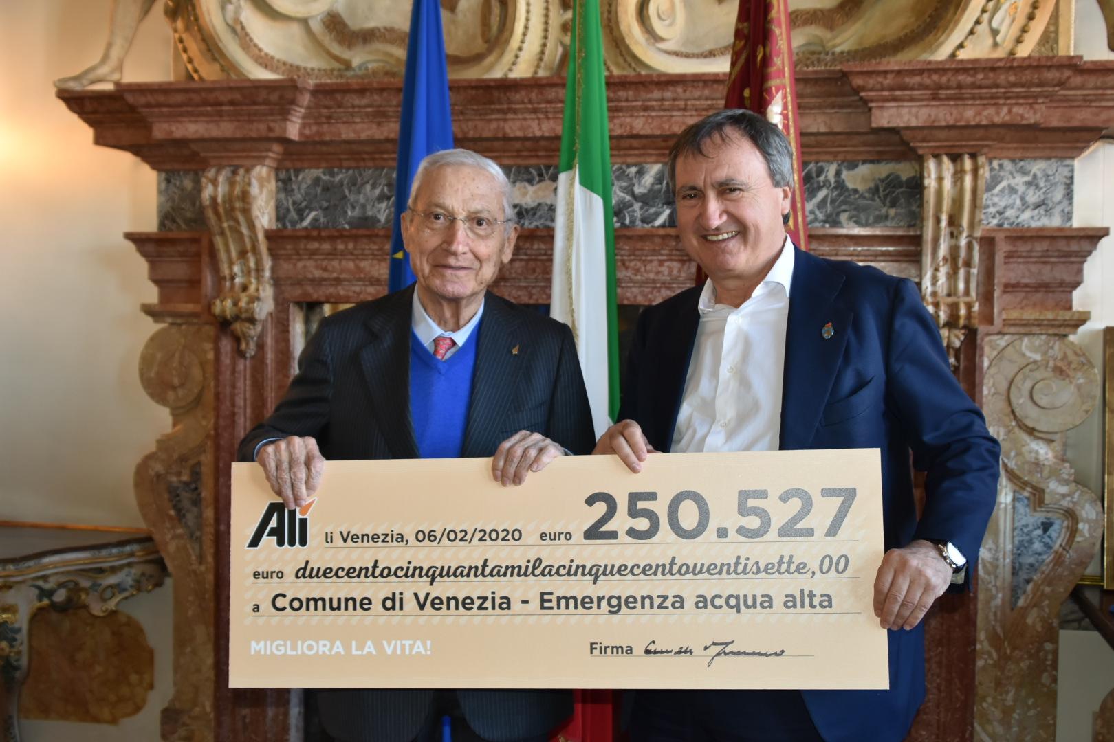 Consegnato l'assegno da 250 mila euro al Comune di Venezia per l'emergenza acqua alta